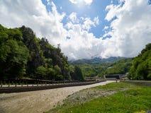 L'écoulement puissant d'une rivière de montagne au printemps image libre de droits