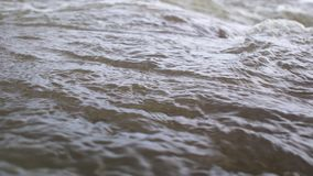 L'écoulement puissant de l'eau rencontre la mer image stock