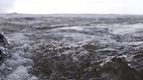 L'écoulement puissant de l'eau rencontre la mer images stock