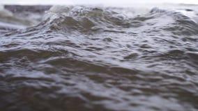 L'écoulement puissant de l'eau rencontre la mer photo libre de droits