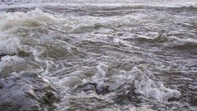 L'écoulement puissant de l'eau rencontre la mer photographie stock