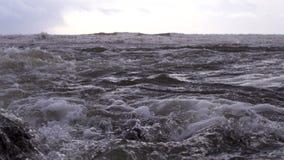 L'écoulement puissant de l'eau rencontre la mer images libres de droits