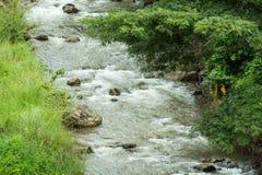 L'écoulement rapide et puissant de l'eau en rivière image libre de droits