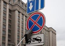 L'écouvillon nettoie le panneau routier Images libres de droits