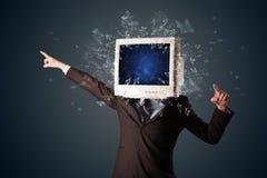 L'écran de moniteur d'ordinateur éclatant sur les jeunes se dirigent Photos stock