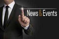 L'écran tactile d'actualités et d'événements est actionné par l'homme d'affaires photographie stock