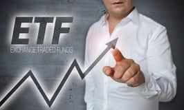 L'écran tactile d'ETF est actionné par l'homme Images stock