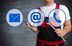L'écran tactile d'icône de contact est actionné par le mécanicien photos libres de droits