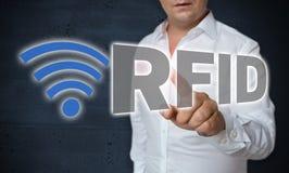 L'écran tactile de RFID est actionné par concept de l'homme Images libres de droits
