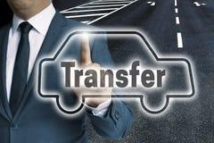 L'écran tactile de voiture de transfert est actionné par concept de l'homme photo libre de droits