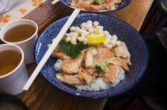 L'écrimage japonais de riz de nourriture avec de la viande et les fruits de mer appellent Donburi ou Photos stock