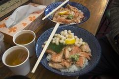 L'écrimage japonais de riz de nourriture avec de la viande et les fruits de mer appellent Donburi ou Image libre de droits