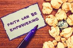 L'écriture conceptuelle de main montrant la foi peut autoriser Confiance de présentation de photo d'affaires et croyance en nous- photo stock