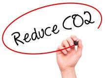 L'écriture de main d'homme réduisent le CO2 avec le marqueur noir sur l'écran visuel Photo stock