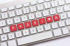 L'écriture de PASSION sur le clavier blanc avec un croquis de coeur avec paren Photo stock