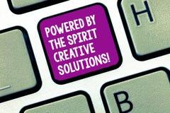 L'écriture des textes d'écriture a actionné par les solutions créatives d'esprit Concept signifiant de nouvelles idées puissantes image stock