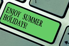 L'écriture des textes d'écriture apprécient des vacances d'été La signification de concept détendent et s'amuser non domestique a images stock