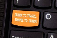 L'écriture des textes d'écriture apprennent à voyager voyage à apprendre La signification de concept font des voyages pour appren image stock