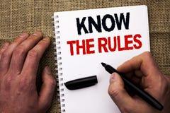 L'écriture des textes d'écriture connaissent les règles La signification de concept soit awar Photo stock