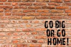L'écriture des textes d'écriture disparaissent grande ou rentrent à la maison Art ambitieux de mur de briques de persistance d'im images libres de droits