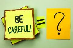 L'écriture des textes d'écriture fasse attention Le soin d'avertissement d'avis d'une attention de précaution de signification de photos stock