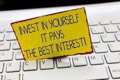 L'écriture des textes d'écriture investissent dans vous-même qu'elle paye la signification de concept du meilleur intérêt se cons photographie stock libre de droits
