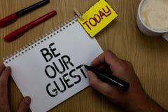 L'écriture des textes d'écriture soit notre concept d'invité signifiant que vous êtes bienvenu pour rester avec nous l'homme d'ho photos libres de droits