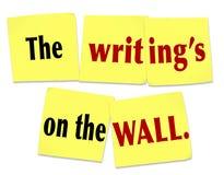 L'écriture sur la note collante de mur indiquant le message évident Clu Photographie stock libre de droits