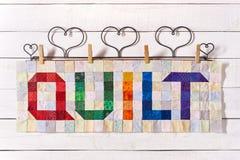 L'édredon de mot cousu des morceaux colorés de place et de triangle de tissu image libre de droits