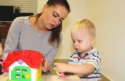 L'éducateur a affaire avec l'enfant dans le jardin d'enfants Créativité et développement de l'enfant photo libre de droits