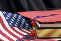 L'éducation américaine reçoit un diplôme la tête vers le succès photos libres de droits