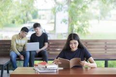 L'éducation d'abord, bel étudiant universitaire féminin a lu un livre Photos stock