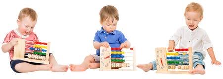 L'éducation de bébé, enfants jouant l'abaque, badine apprendre des maths Photos stock