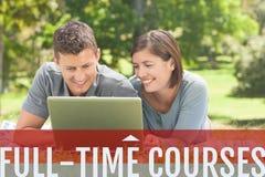 L'éducation et les cours à plein temps textotent et les gens s'asseyant à une classe Photo stock