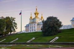 L'église au coucher du soleil dans le palais de Peterhof Images libres de droits