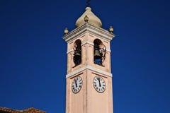 l'église avec l'horloge images libres de droits