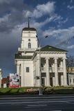 L'église avec un ciel bleu profond 9ème de nuage peut photo libre de droits
