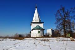 L'église blanche comme neige sur la colline Image libre de droits