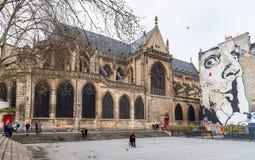 L'église catholique du graffiti de Saint-Merri et de Salvador Dali dans le secteur de Beaubourg près du centre de Pompidou, Paris photographie stock