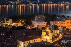 L'église dans Kotor la nuit avec la réflexion des lumières photographie stock