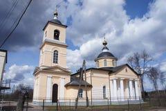 L'église dans Novonikol dans le secteur de Taldom de la région de Moscou Photographie stock libre de droits