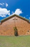 L'église de brique avec la croix a intégré dans le mur Images libres de droits