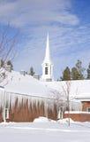 l'église de brique a couvert la neige de glaçons Photos libres de droits