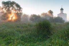 L'église de l'intervention sur le Nerl, le lever de soleil et le brouillard Vladimir Region, Bogolyubovo Boucle d'or de la Russie images libres de droits
