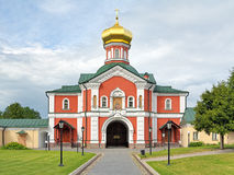 L'église de porte dans le monastère de Valday Iversky, Russie Photos stock