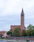 L'église de St Anastasia sur la rivière de l'Adige Images stock