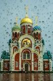 L'église de St George dans le secteur de Medynsky, région de Kaluga après pluie Photographie stock libre de droits