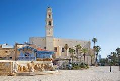 L'église de Tel Aviv - St Peters dans vieux Jaffa et la fontaine moderne de zodiaque sur la place de Kedumim photographie stock libre de droits