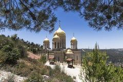 L'église de tous les saints dans la terre du Russe a éclairé du couvent orthodoxe russe de Gornensky du chant religieux russe photographie stock libre de droits