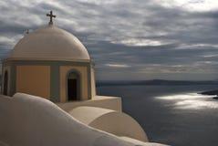 L'église donne sur la caldeira de Santorini le jour pluvieux Image libre de droits